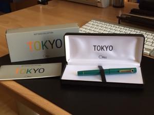 Omas Tokyo nebst Verpackung.